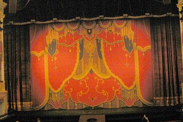 Современный занавес Александринской сцены. Фото В.А.Красикова